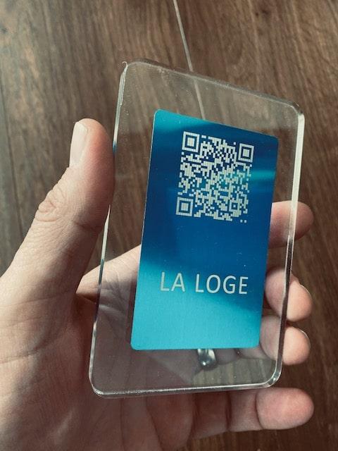 Support en plexiglass avec une plaquette affichant votre QRCode pour lire vos cartes et menus