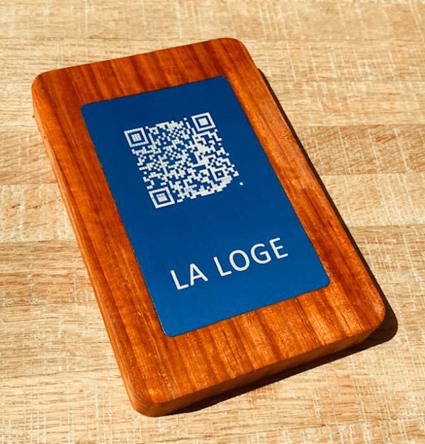 Support bois noble avec plaquette QRCode bleue