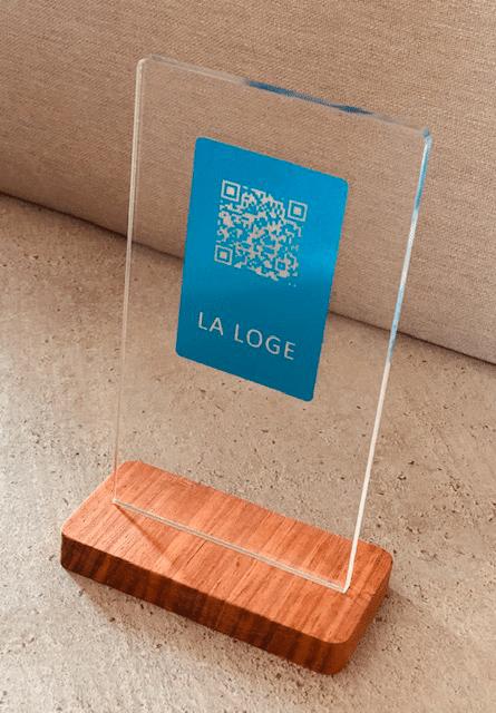 Un présentoir en plexiglas fixé sur un socle en bois