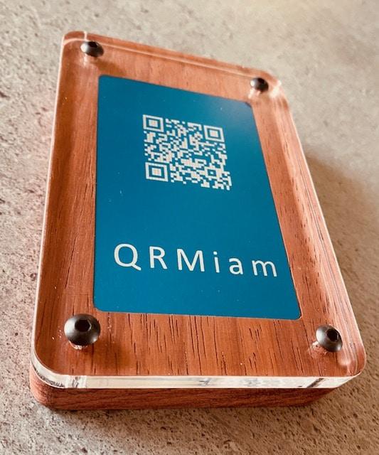 Un support QRcode QRmiam en bois vu du dessous