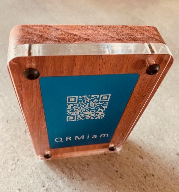 Un support QRcode QRmiam en bois vu du dessus